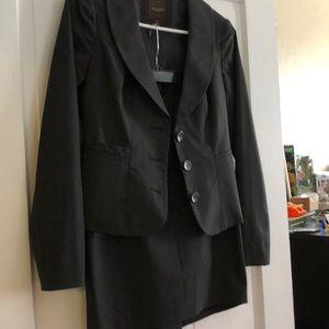 Wrinkle resistant skirt suit